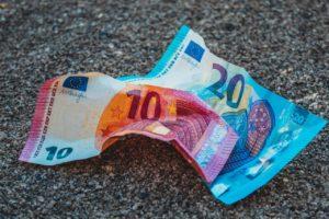 Polska gospodarka przyjmuje ciosy, co to oznacza dla naszych oszczędności